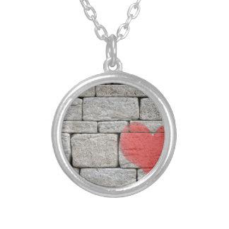 Coeur rouge de graffiti sur le mur en pierre collier