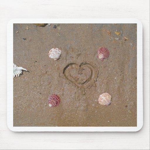 coeur sur les coquilles de rose de plage tapis de souris