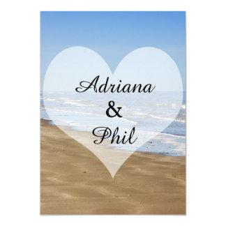 Coeur sur une plage, mariage de rivage carton d'invitation  12,7 cm x 17,78 cm