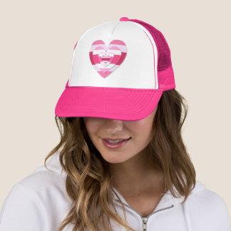 Coeurs assez roses sur un casquette rose