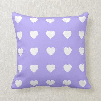 Coeurs blancs sur le lilas bleu coussin décoratif