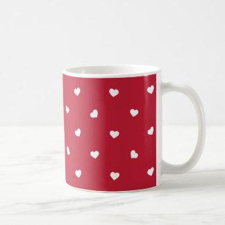 Coeurs blancs sur le rouge mug blanc