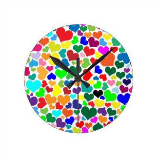 coeurs d'arc-en-ciel de valentine horloge ronde