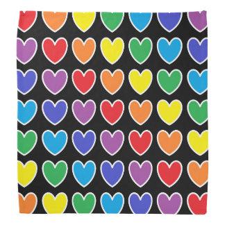 Coeurs d'arc-en-ciel décrits par blanc bandana