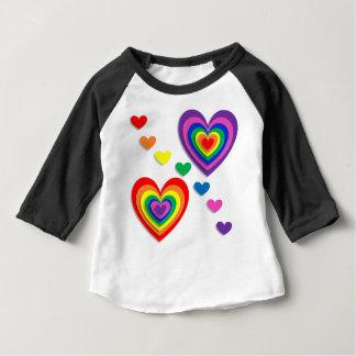 Coeurs d'arc-en-ciel t-shirt pour bébé