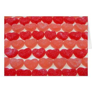 Coeurs de sucrerie dans une rangée carte de vœux