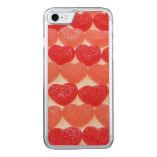 Coeurs de sucrerie dans une rangée coque iphone 7 en bois