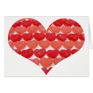 Coeurs de sucrerie dans une rangée, en forme de carte de vœux