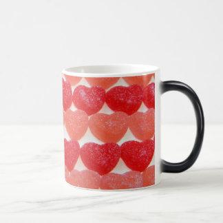 Coeurs de sucrerie dans une rangée mug magic