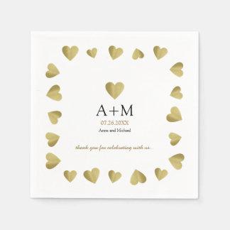 coeurs d'or de faux du mariage décoré d'un serviette en papier