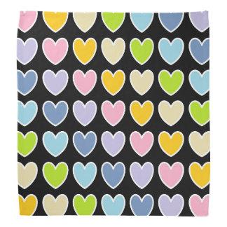 Coeurs en pastel d'arc-en-ciel décrits par blanc bandana