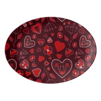 Coeurs et plateau rouges de coupé de porcelaine de