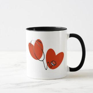 Coeurs et tasse de stéthoscope