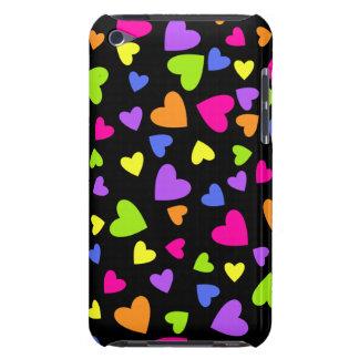 Coeurs multicolores sur le noir étuis iPod touch
