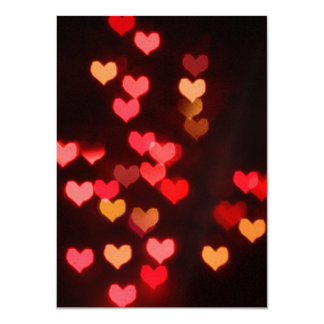 Coeurs rouges de valentine de bokeh carton d'invitation  11,43 cm x 15,87 cm