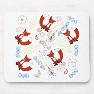 Coeurs tirés par la main mignons de Fox dans le Tapis De Souris