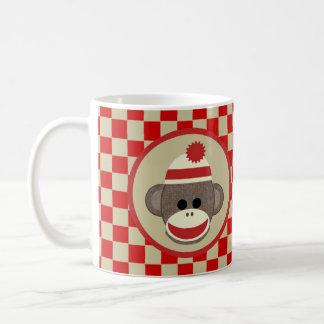 Cognez le garçon de singe avec rouge et les mug