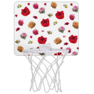 collage de roses sur l'arrière - plan blanc mini-panier de basket