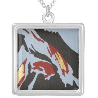 Collier abstrait avec rouge, gris, noir, or