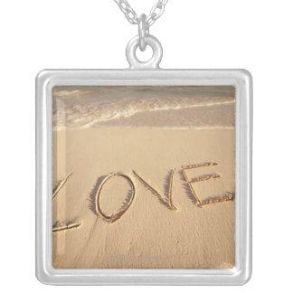 """Collier """"Aimez"""" le sable écrit sur la plage avec entrant"""