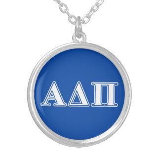 Collier Alpha delta lettres bleu-clair et blanches de pi