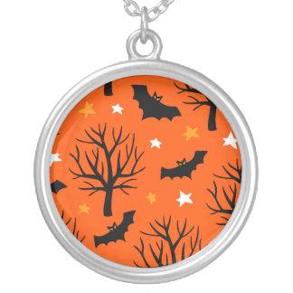 Collier Arbre éffrayant de Halloween avec des battes et
