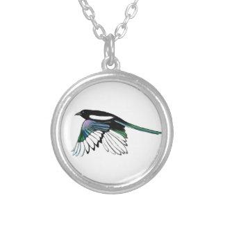 Collier Art de nature d'oiseau de pie d'aquarelle en vol