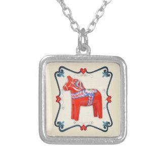 Collier Art populaire de cheval de Dala de Suédois encadré