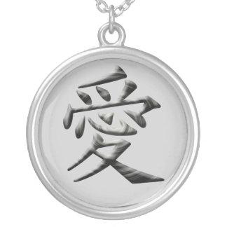 collier avce pendentif de l'amour