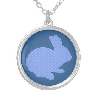 Collier bleu de lapin de Pâques de silhouette de