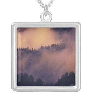 Collier Brouillard d'hiver en vallée au coucher du soleil