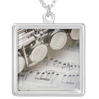 Collier Cannelure sur la musique de feuille