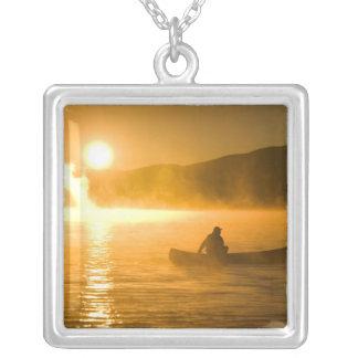 Collier Canoë-kayak dans la baie de lis au lever de