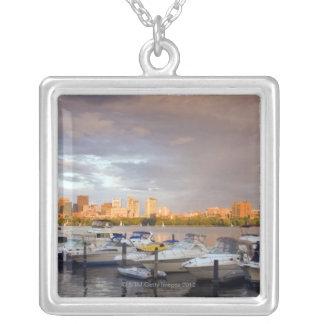 Collier Canotage sur le Charles River au crépuscule