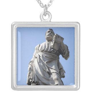 Collier Cette statue de St Peter est de l'aile gauche