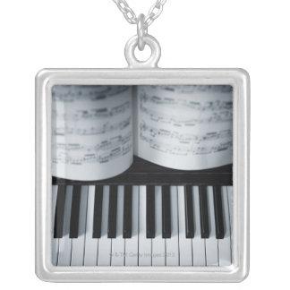 Collier Clés de piano et cahier de musique
