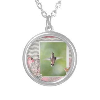 Collier Colibri extraordinaire de vol, rose, cadre gris