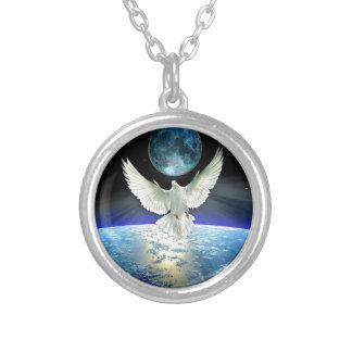 Collier Colombe de paix au-dessus de la terre de planète