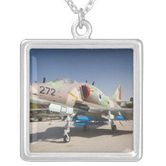 Collier Combattant construit aux Etats-Unis d'A-4 Skyhawk