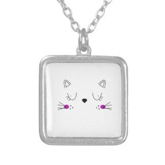 Collier Conception mignonne de chatons sur le blanc