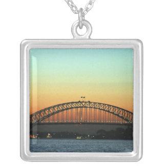 Collier Coucher du soleil au-dessus de pont de port de