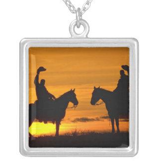 Collier Cowboys sur l'arête au coucher du soleil