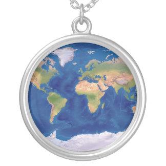 Collier d'argent de carte du monde