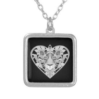 Collier de carré de pendentif de lionne d'amour