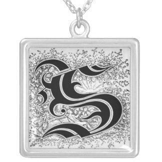Collier de la lettre S de calligraphie