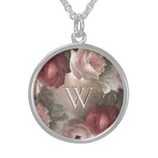 Collier d'initiale de rose d'antiquité