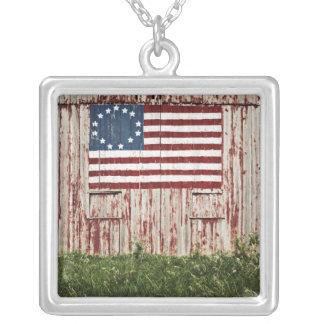 Collier Drapeau américain peint sur la grange