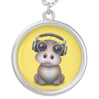 Collier Écouteurs de port du DJ d'hippopotame mignon de