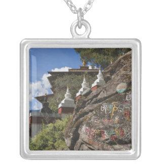 Collier Écriture bhoutanaise sur des roches et des