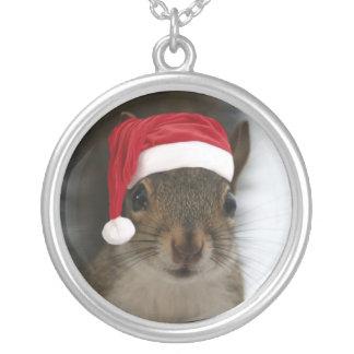 Collier Écureuil de Père Noël utilisant le casquette de